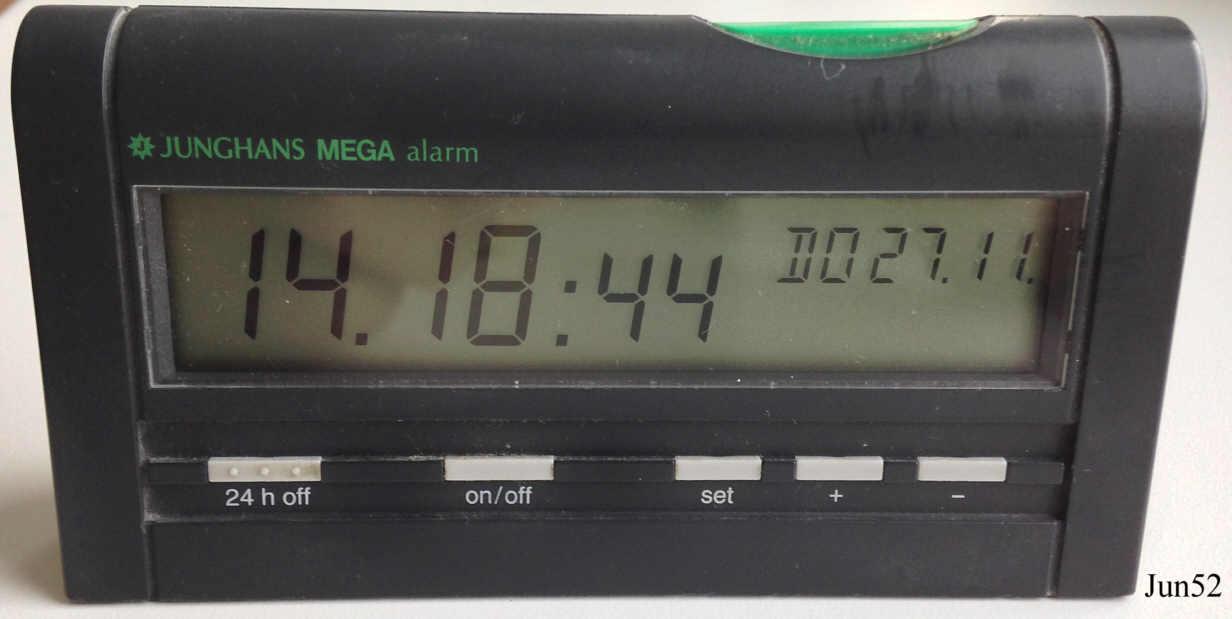 Ein Junghans Mega Funkwecker mit Digitalanzeige, Uhrzeit, Tag und ...: www.hknebel.org/Uhren/html/mega_alarm.html